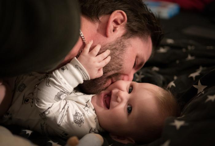 Многодетный вдовец-военнослужащий ходил на службу с младенцем. «Совет отцов» не смог этого вынести