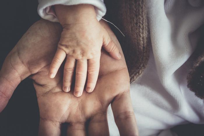 Рука взрослого и ребёнка