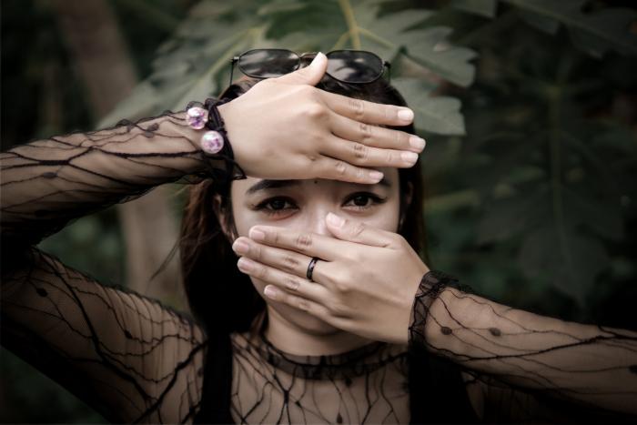 После заболевания COVID-19 женщина не переносит многие запахи, включая запах собственного мужа