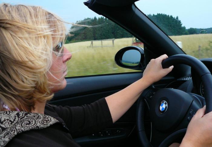 (Видео) На боковом стекле своей машины женщина увидела записку. Автор предупреждал её о скрытой опасности