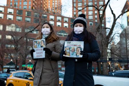 Люди посещают акцию, посвящённую жертвам антиазиатских преступлений на почве ненависти на Юнион-сквер в Нью-Йорке 19 марта 2021 года.