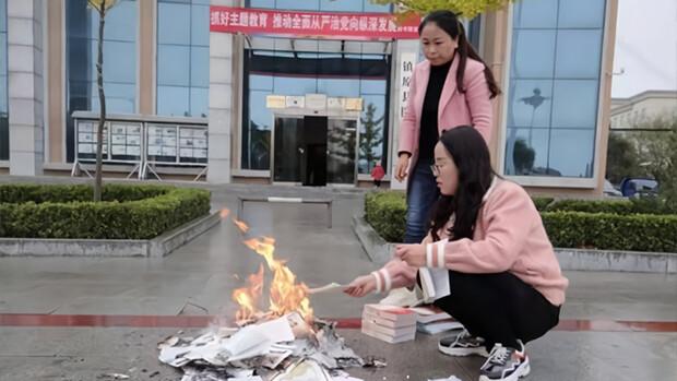 Демонстративное уничтожение религиозных книг и аресты верующих — что скрывается под демократической маской Конституции Китая