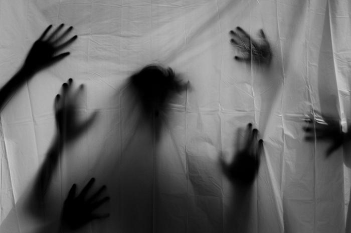 Руки призраков.