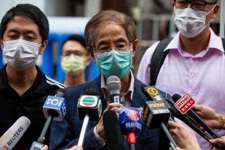 Бывший законодатель и демократический активист Мартин Ли беседует с представителями средств массовой информации, выходя из Центрального окружного полицейского участка Гонконга 18 апреля 2020 года после ареста и обвинения в организации и участии в незаконном собрании в августе прошлого года.
