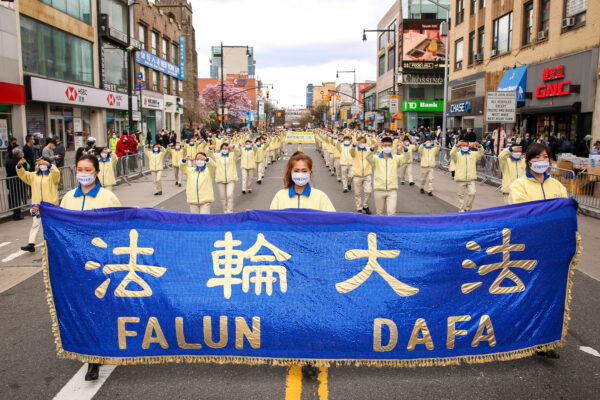 Режим КНР «процветает на невежестве и апатии людей»: большойпарад привлёк внимание к преследованию Фалуньгун