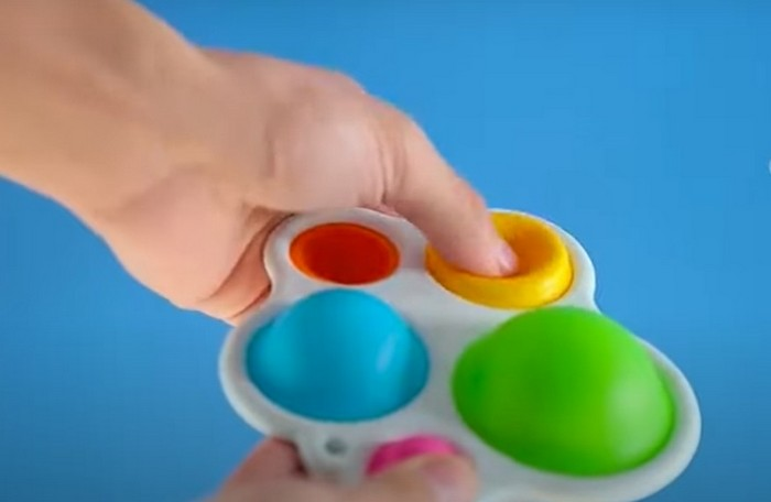Роспотребнадзор проверит влияние на детей антистрессовых игрушек симпл-димплов и поп-итов