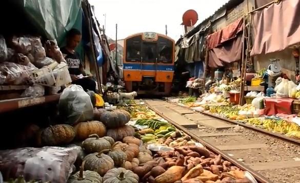 Рынок на железнодорожных путях — интересная и необычная достопримечательность Таиланда