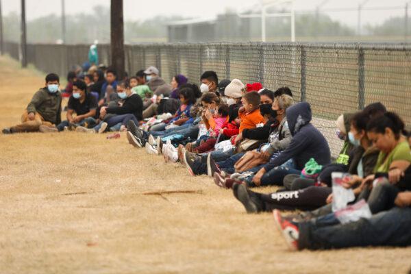 Группа нелегальных иммигрантов ждёт пограничный патруль после пересечения границы США и Мексики в Ла Джойе, штат Техас, 10 апреля 2021 г.