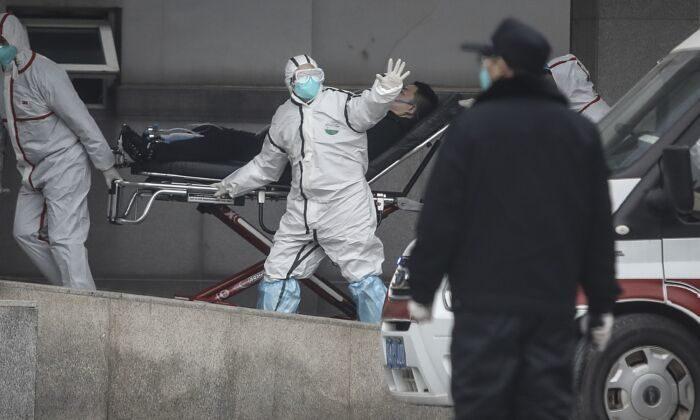 Медицинский персонал везёт пациента в госпиталь. 17 января 2020. Ухань, Китай.