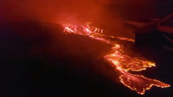 Вид с воздуха на лаву, вытекающую из вулкана Ньирагонго недалеко от Гомы в Демократической Республике Конго, 22 мая 2021 г.