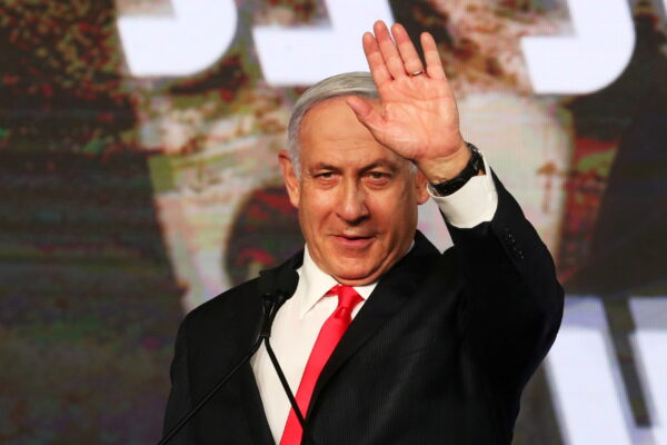 Премьер-министр Израиля Биньямин Нетаньяху во время выступления перед сторонниками после объявления экзитполов на всеобщих выборах в Израиле в штаб-квартире партии Ликуд в Иерусалиме 24 марта 2021 г.