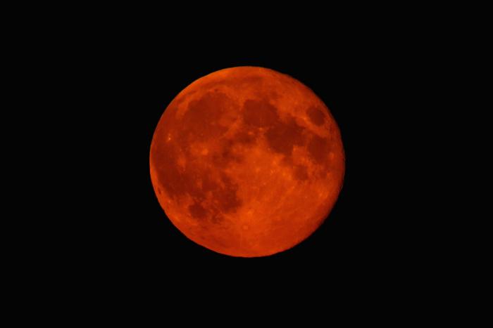 Кроваво-красная суперлуна, восходящая над Хай-Виком, Англия, 9 сентября 2014 г.