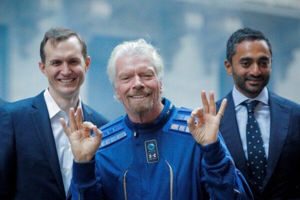 Соучредитель Virgin Galactic Ричард Брэнсон, генеральный директор Джордж Уайтсайдс и генеральный директор Social Capital Чамат Палихапития вместе позируют перед Нью-Йоркской фондовой биржей в Нью-Йорке 28 октября 2019 г.