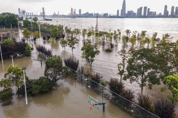 Спортивная площадка около реки Янцзы была затоплена в Ухане в центральной китайской провинции Хубэй 28 июля 2020 г.