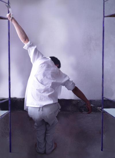 Вид пытки, когда приковывают наручниками к кровати, чтобы заставить приверженцев Фалуньгун отказаться от своей веры. (Minghui.org) https://en.minghui.org/