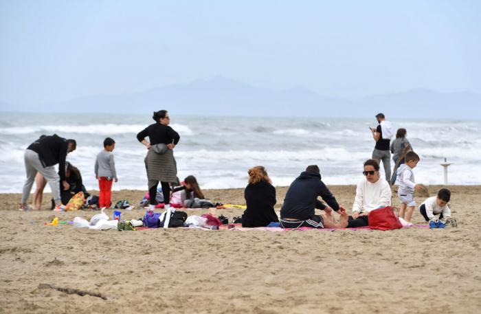 Люди наслаждаются воскресеньем на пляже, когда ограничения COVID-19 ослабевают по всей стране, в Кастильоне-делла-Пескайя, Италия, 2 мая 2021 года.
