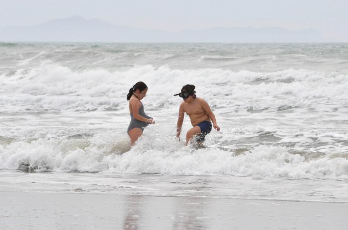 Дети отдыхают на пляже, когда ограничения COVID-19 ослабевают по всей стране, в Кастильоне-делла-Пескайя, Италия, 2 мая 2021 года. Jennifer Lorenzini/Reuters