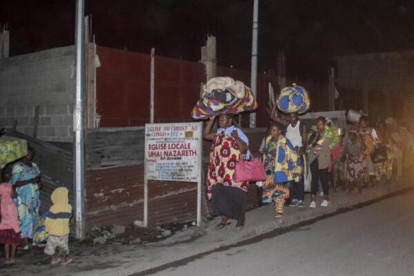 Люди бегут со своими вещами после извержения вулкана Ньирагонго в Гоме, Конго, 22 мая 2021 г.