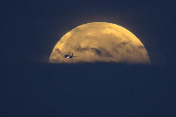 Самолёт пролетает над пляжем Санта-Моника в Санта-Монике, штат Калифорния, 26 мая 2021 г.