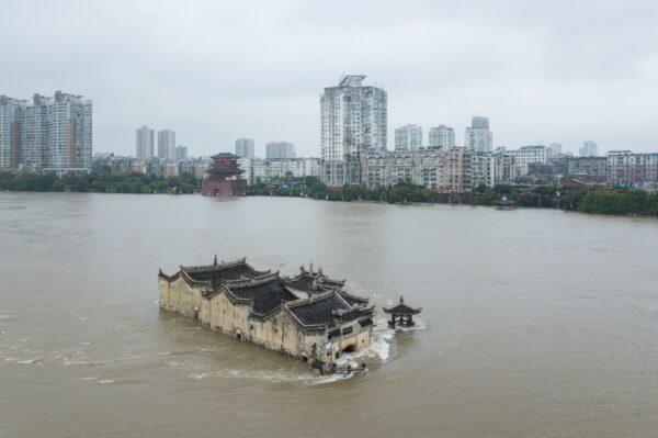 700-летний храм Гуаньингэ, построенный на скале, затоплен водами реки Янцзы в Эчжоу, Китай, 19 июля 2020 г.