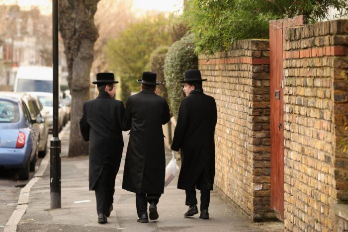 Мужчины-евреи идут по улице в районе Стэмфорд-Хилл на севере Лондона, 19 января 2011 г.