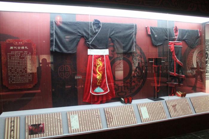 Свадебный наряд династии Чжоу для жениха (слева) и невесты.