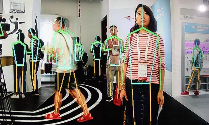 Экран показывает режим отслеживания сустройства Huawei вовремя конференции вкампусе Huawei вДунгуане, провинция Гуандун, Китай, 10августа 2019г.