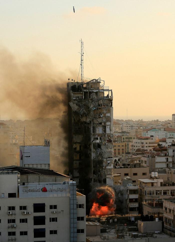 Можно увидеть, как бомба с воздушным наведением поражает башню Аль-Шарук в городе Газа 12 мая 2021 года.