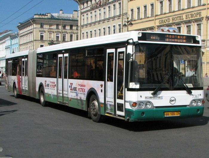 В Петербурге столкновение автобуса со столбом попало на видео