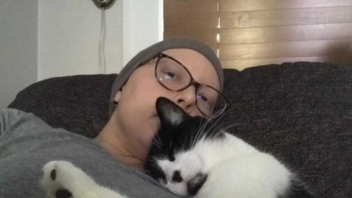 Женщину спас кот, предупредив её о заболевании