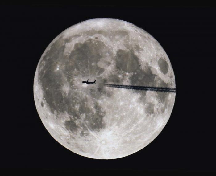 Самолёты летят на Луну. Невероятные фотографии