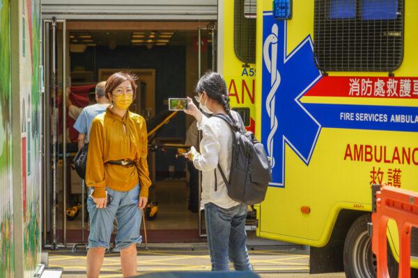 Сара Лян, журналистка издания Epoch Times в Гонконге, перед больницей Королевы Елизаветы 11 мая 2021 года. (Adrian Yu/The Epoch Times)