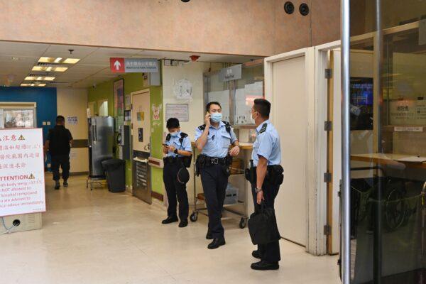 Полицейские Гонконга в больнице Королевы Елизаветы 11 мая 2021 года. (Song Pi-lung/The Epoch Times)