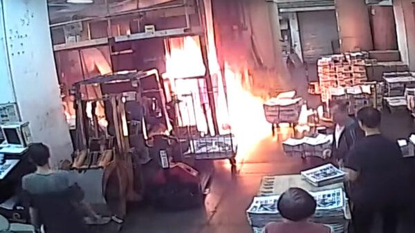 Персонал типографии, печатающей гонконгское издание Epoch Times, достойно отреагировал на пожар, устроенный четырьмя людьми в масках 19 ноября 2019 года.