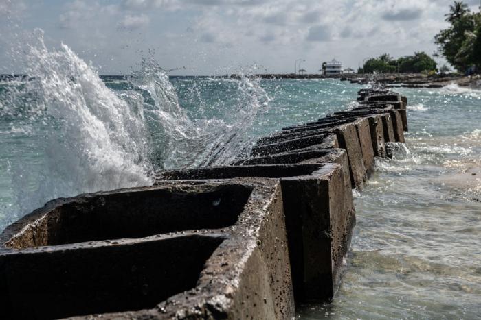 Бетонные блоки установлены вдоль береговой линии, чтобы попытаться предотвратить дальнейшую эрозию, 17 декабря 2019 года в Махибаду, Мальдивы.