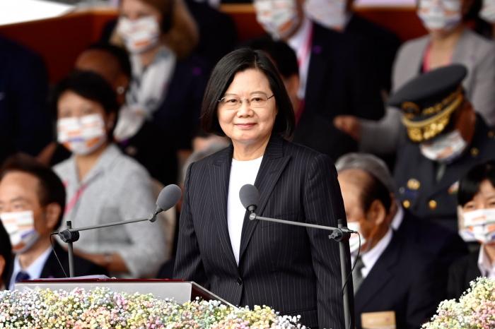 Президент Тайваня Цай Инвэнь выступает во время празднования Национального дня перед зданием президентского офиса в Тайбэе 10 октября 2020 г.