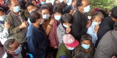 Вспышки COVID-19 в Китае усиливаются, клиники теряют лицензии, врачей увольняют