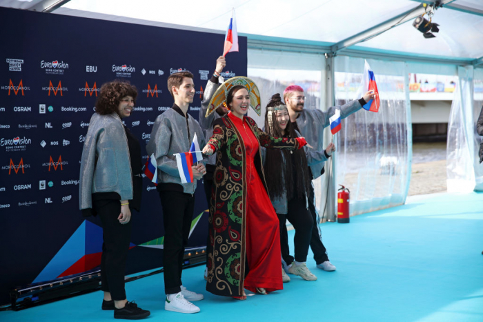 Манижа Сангин и её бэк-вокалисты на торжественном открытии международного песенного конкурса «Евровидение2021» в Роттердаме, Нидерланды, 16 мая 2021 года.