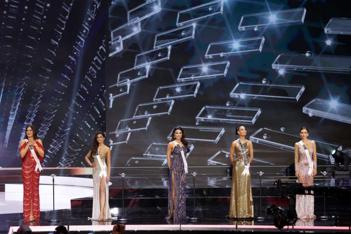 Слева-направо: Мисс Мексика — Андреа Меза, Мисс Индия — Адлин Кастелино, Мисс Бразилия — Джулия Гама, Мисс Доминиканская Республика — Кимберли Хименес, и мисс Перу — Яник Масета Дель Кастильо, на сцене конкурса «Мисс Вселенная-2021» 16 мая 2021 года в Голливуде, Флорида.