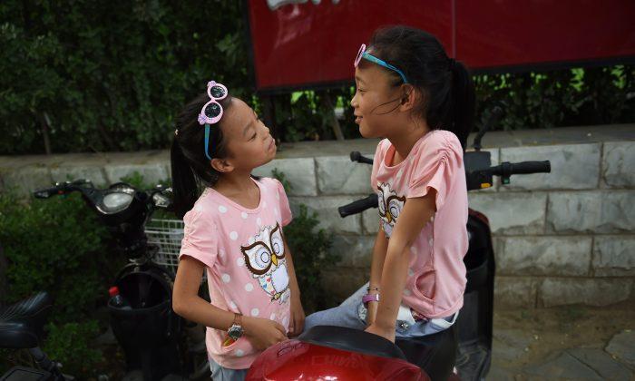 Китай объявил, что супружеские пары теперь могут иметь троих детей