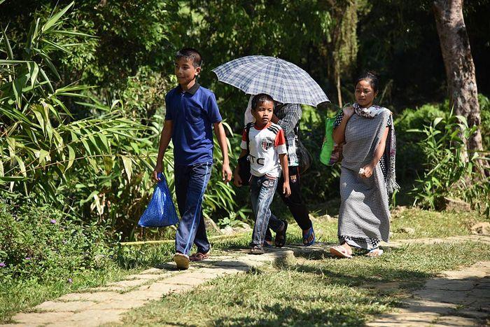 Семья на прогулке в деревне Мавлиннонг