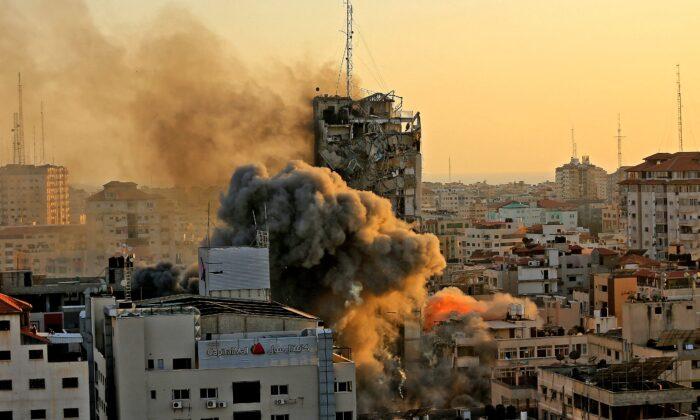 Помимо башни Аш-Шарук, показанной выше, на этой неделе израильские силы обороны нанесли удар по нескольким другим зданиям в Газе