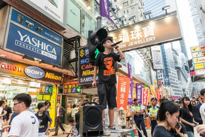 Джошуа Вон выступает на митинге в Гонконге в память о массовом убийстве студентов на площади Тяньаньмэнь 4 июня 2015 года