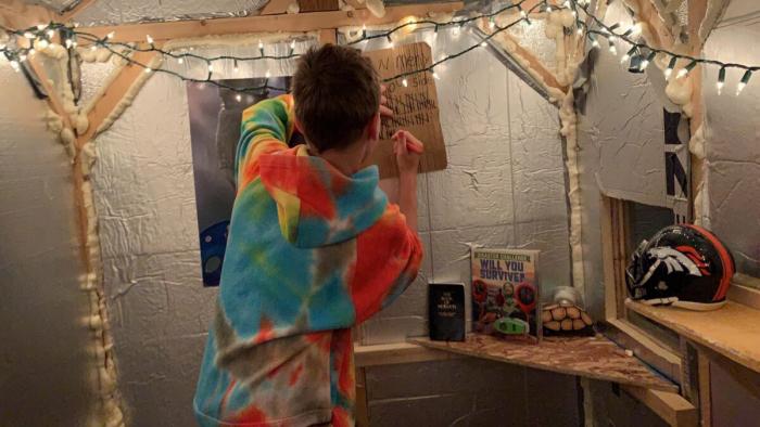 10-летний мальчик провёл 100 ночей в деревянном домике зимой