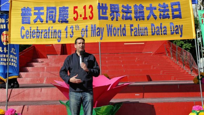 Рик Гаротти, мэр города Баньюл, выступает на мероприятии Всемирного дня Фалунь Дафа в Мельбурне, Австралия, 8 мая 2021 г. (Chen Ming/Epoch Times)