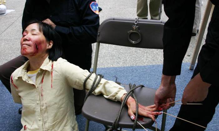 Демонстрация пытки, часто используемой официальными лицами КПК, чтобы заставить последователей Фалуньгун отказаться от практики. (Minghui.org)