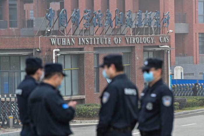 Сотрудники службы безопасности охраняют институт вирусологии в Ухане, Китай, 3 февраля 2021 года.