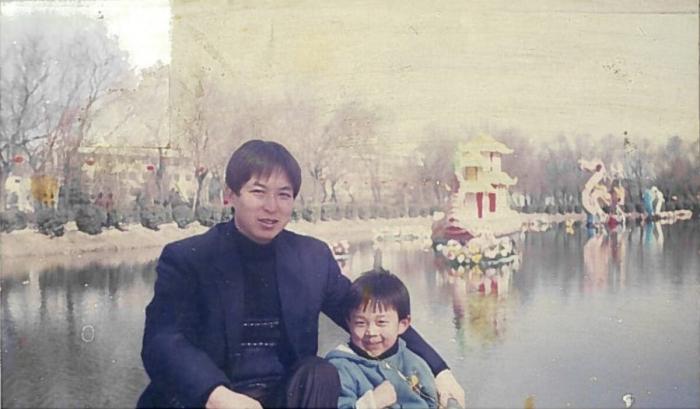 Эрик Цзя в детстве со своим отцом Е Цзя. (Любезно предоставлено Эриком Цзя)