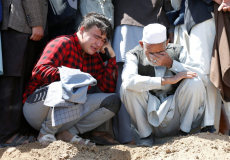 В Кабуле число жертв после серии взрывов рядом со школой возросло до 68, семьи хоронят погибших