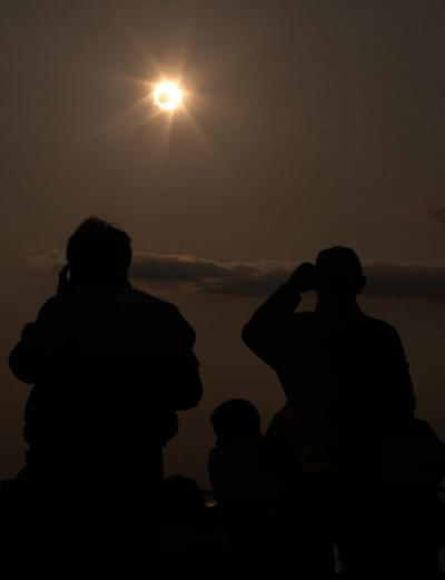 Кольцевое солнечное затмение видно с побережья Сямэнь в юго-восточной китайской провинции Фуцзянь, 21 мая 2012 года.